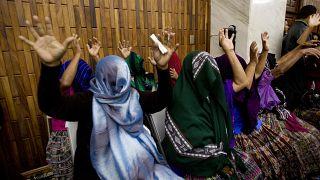 ضحايا العنف الجنسي يغطين وجوههن لإخفاء هوياتهن بعد أن قرأ القاضي حكم إدانة ضابط سابق في الجيش بتهمة الاعتداء الجنسي على نساء  خلال الحرب الأهلية في  غواتيمالا