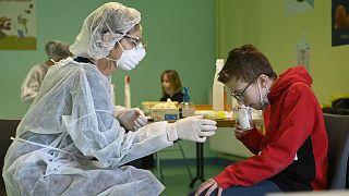 Image d'illustration : un écolier de l'établissement scolaire de Lavoncourt, dans l'est de la France, en train passer un test salivaire de détection du Covid-19, le 1/4/2021