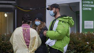 """ممرضة تتحدث مع أشخاص في مركز إختبار الإصابة بـ""""كوفيد-19"""" في مستشفى مونت سينا بمدينة تورنتو"""
