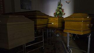 Cercueils de victimes du Covid-19 dans les locaux d'une entreprise funéraire de Mulhouse, dans l'est de la France, le 5 avril 2021