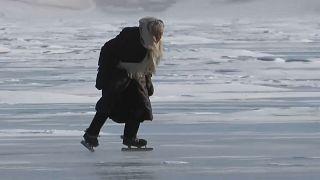 H ηλικιωμένη που ζει στην αγκαλιά της Βαϊκάλης