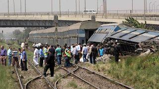 صور أرشيف لقطار خرج عن مساره بالقرب من قرية العياط بالجيزة في الضواحي الجنوبية للعاصمة القاهرة في 7 سبتمبر 2016.