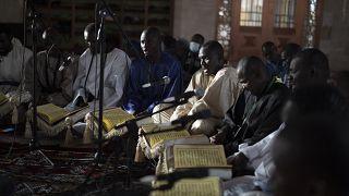 مسلمون ينشدون قصائد كتبها الشيخ أمادو بامبا خلال أول أيام شهر رمضان المبارك في مسجد مساليكول جنان في داكار- السنغال.