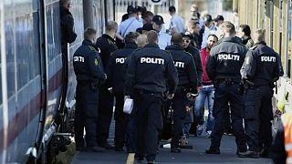 Danimarka polisi Iraklı ve  Suriyeli göçmenleri kontrol ediyor