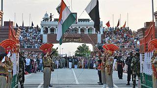 اهتزاز پرچمهای هند و پاکستان در پاسگاه مرزی مشترک دو کشور به نام عطاری-واگاه، ۲۰۱۵