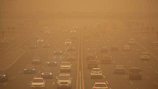 Şiddetli kum fırtınası altında kalan Çin'in başkenti Pekin'de gökyüzü sarı renge büründü
