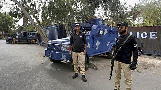 Des policiers gardent une route bloquée par des conteneurs maritimes, à proximité du consulat de France, à Karachi, au Pakistan, jeudi 15 avril 2021.