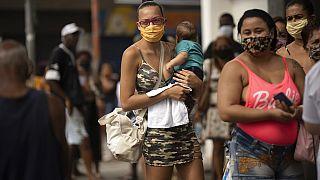 Nők várakoznak pénzügyi segélyre Rio de Janeiróban