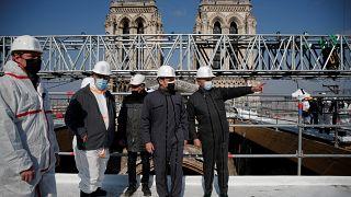 الرئيس الفرنسي إيمانويل ماكرون يزور موقع إعادة بناء سقف كاتدرائية نوتردام في باريس، بعد عامين من الحريق الذي أدى إلى انهيار البرج وتدمير جزء كبير من سطحها.