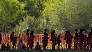El 19 de marzo de 2021, migrantes custodiados en un área de procesamiento de Aduanas y Protección Fronteriza en Mission, Texas