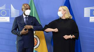 Comissária para as Parcerias Internacionais, Jutta Urpilainen, e o chefe da diplomacia togolês, Robert Dussey