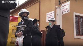 """Ungheria: migliaia di ebrei ultra ortodossi sulla tomba del """"rabbino dei miracoli"""""""