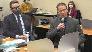 Дерек Шовин отвечает на вопрос судьи.