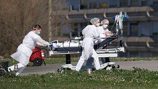 کادر درمانی در فرانسه به هنگام انتقال یک بیمار به بیمارستان
