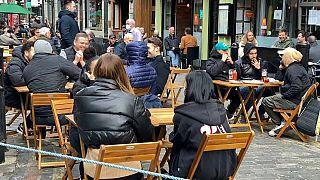 Los ingleses vuelven a las terrazas y a las tiendas pero el virus sigue en el aire