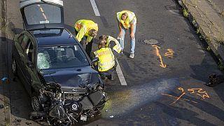 ضباط الشرطة وخبراء الطب الشرعي يقومون بتأمين الأدلة في موقع الحادث، آب / أغسطس 2020