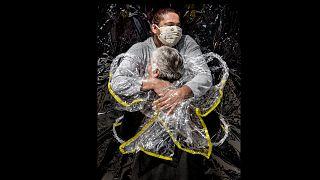 """صورة """"رمزية"""" عن عناق في زمن كورونا تفوز بجائزة """"وورلد برس فوتو"""" 2021"""