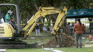 Trabajadores forenses en el cementerio Jardín de Paz en Ciudad de Panamá, el 15 de abril de 2021.