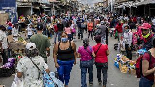 سوق مزدحم في حي كاتيا في كاراكاس- فنزويلا