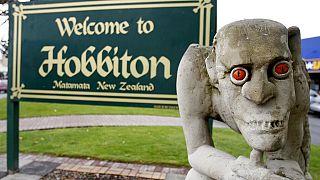 Yeni Zelanda'da bulunan Hobbiton şehrinden bir kare. Fotoğrafta Yüzüklerin Efendisi filminin ünlü karakterlerinden Gollum'un heykeli bulunuyor.