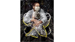 Ölelés védőfólián keresztül a koronavírus-járvány idején