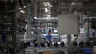 Çin'in başkenti Pekin'de bir fabrikada çalışan işçi (arşiv)