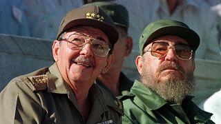 Raul Castro (sol), Fidel Castro (arşiv)