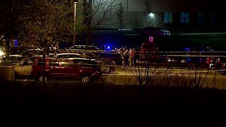 La police et les secours sur les lieux de la fusillade qui a éclaté à Indianapolis, le 16 avril 2021, dans un entrepôt non loin de l'aéroport de la ville
