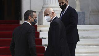 Yunanistan Başbakanı Kriakos Miçotakis (solda) ve Dışişleri Bakanı Nikos Dendias