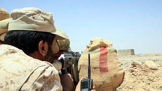 مقاتل من القوات الموالية للحكومة اليمنية المدعومة من السعودية يتخذ موقفا ضد المتمردين الحوثيين في محافظة مأرب شمال شرق اليمن- أرشيف.