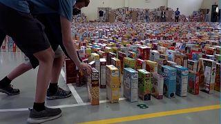 Florida: Dominó de caixas de cereais homenageia funcionário escolar