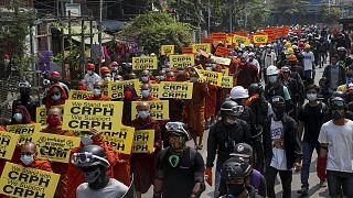Myanmar'da demokrasi yanlıları, yeni sivil hükümet kuran Ulusal Meclisi Temsil Komitesi'ne (CRPH) destek gösterisi düzenledi