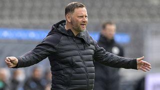 Dárdai Pál az oldalvonal mellől dirigál április 10-én, a Mönchengladbach elleni német bajnoki mérkőzésen.