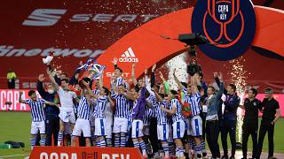 يحتفل لاعبو ريال سوسيداد بالكأس بعد فوزهم في نهائي كأس الملك الإسباني 2020 (كأس الملك) بين أتليتيك بيلباو وريال سوسيداد في ملعب لا كارتوجا في إشبيلية في 3 أبريل 2021.