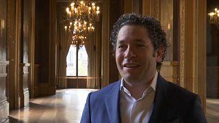 Gustavo Dudamel coniinuará al frente de la Orquesta Filarmónica de Los Angeles.