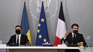 امانوئل ماکرون، رئیس جمهوری فرانسه (راست) و ولودیمیر زلنسکی، رئیس جمهوری اوکراین (چپ) در پاریس