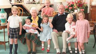 صورة ملكة بريطانيا إليزابيث الثانية والأمير البريطاني الراحل  فيليب دوق إدنبرة مع أحفادهما