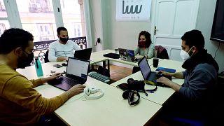 """هيئة تحرير مجلة """"بيننا"""" في مدريد في 9 أبريل / نيسان 2021."""