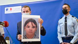 Der französische Staatsanwalt Nicolas Heitz hält ein Porträt der vermissten Mia Montemaggi während einer Pressekonferenz in Epinal