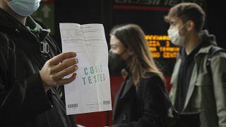 Pasajero mostrando el test negativo antes de subirse al tren