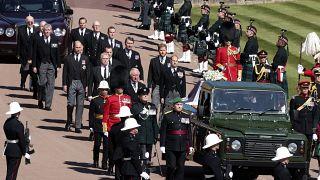 Fülöp edinburghi herceg négy gyermeke, Károly trónörökös, Anna hercegnő, András yorki herceg, Eduárd, Wessex grófja, és unokái közül Vilmos és Harry herceg kísérték a koporsót