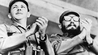 راوول كاسترو على اليسار وشقيقه فيدل على اليمين في سانتياغو. 1964/07/24