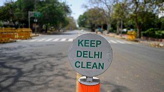 شوارع خالية بالعاصمة الهندية نيودلهي بعد فرض إغلاق نتيجة ارتفاع إصابات كورونا إلى مستويات كبيرة. 17/04/2021