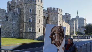 الفنان كايا مار يحمل لوحة فنية للأمير فيليب قبيل الجنازة في ويندسور في إنجلترا. 2021/04/17