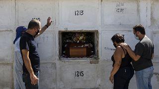 Un entierro celebrado el sábado 17 de abril en Rio de Janeiro, Brasil