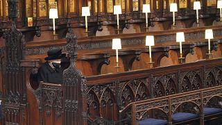 ملكة بريطانيا إليزابيث الثانية تجلس وحدها في كنيسة القديس جورج في وداع زوجها الأمير فيليب. 17/04/2021