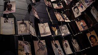 عرض لصور الضحايا في النصب التذكاري للإبادة الجماعية - كيغالي ، رواندا،  أبريل 2021