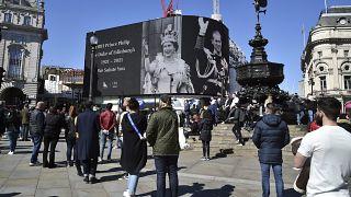 Los ciudadanos británicos rinden homenaje al príncipe Felipe