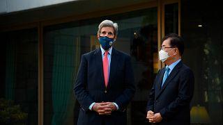 جون كيري المبعوث الرئاسي الأميركير الخاص لشؤون المناخ خلال وصوله إلى كوريا الجنوبية. 17/04/2021