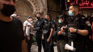 الشرطة الإسرائيلية تنصب الحواجز الامنية عند مداخل البلدة القديمة في الجمعة الاولى من شهر رمضان. 16/04/2021